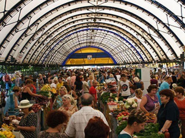 Чтобы не дорожали продукты, рынки получили отсрочку на переезд в капитальные строения.