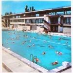 У разрушенного здания плавательного бассейна установлены информационные щиты