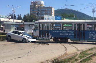 Трамвай в Пятигорске сошел с рельсов и протаранил Тойоту