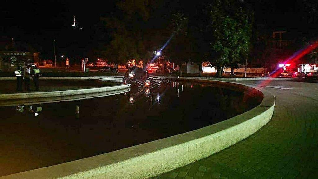 Водитель «Порше» в Пятигорске на скорости въехал в фонтан
