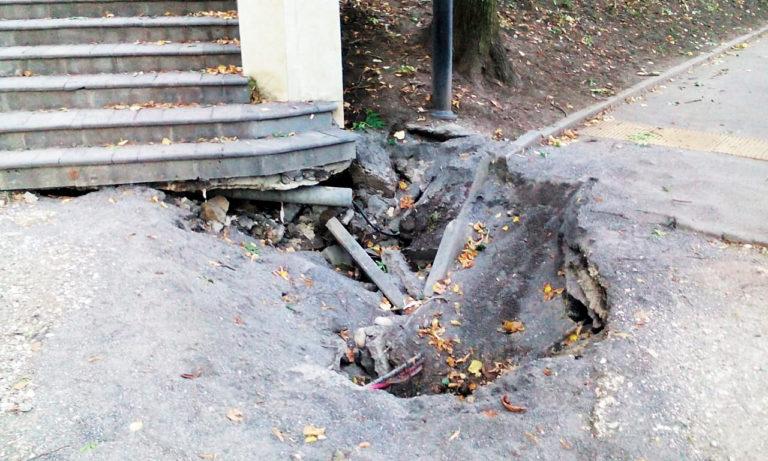 Смотрите под  ноги! Опасная яма образовалась при входе в Национальный парк