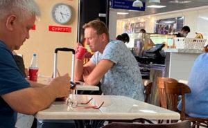 Алексей Навальный находится в токсикореанимации в Омске, одна из версий - отравление