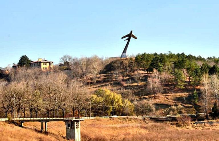 Реконструкцией памятника-самолета рядом с кисловодским озером займутся в следующем году