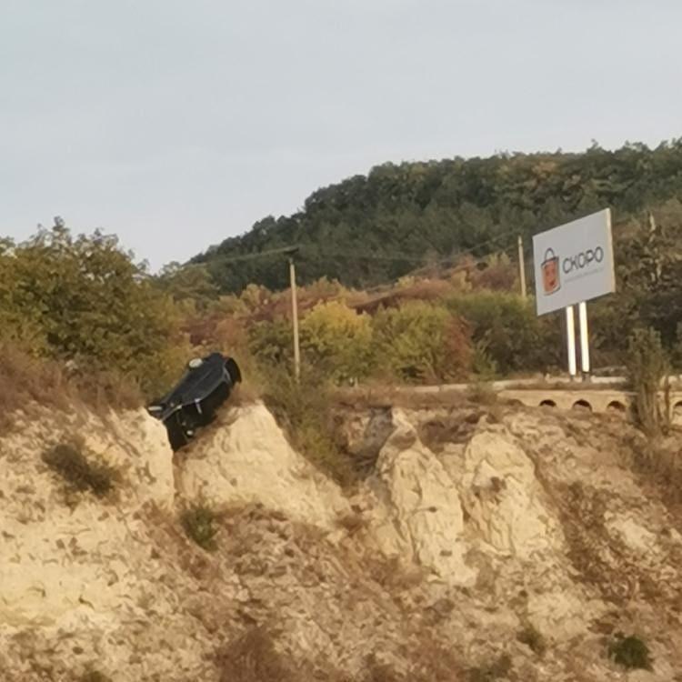 Между посёлками Подкумок и Белый Уголь с трассы сорвался автомобиль