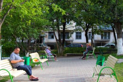 В Кисловодске благоустраивают детскую площадку на улице Губина