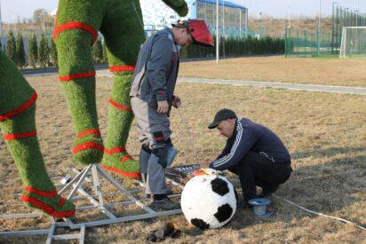 На территории нового ФОКа в Кисловодске установили топиари, искусственные фигуры двух футболистов с мячом