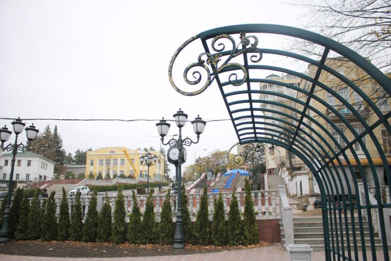 Благоустройство сквера на проспекте Дзержинского в Кисловодске завершается