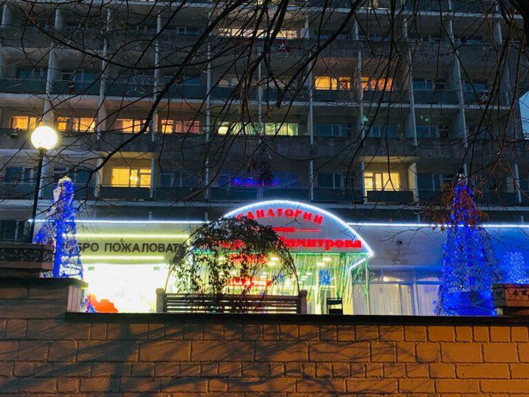 Территории санаторно-курортных и торговых объектов прихорашиваются к Новому Году. Но – не все