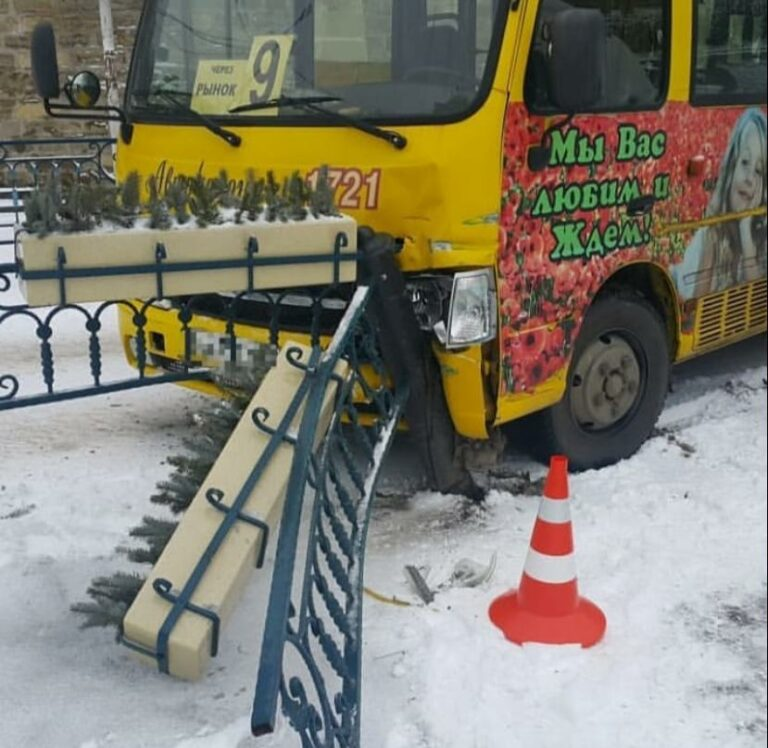 ДТП на привокзальной площади Кисловодска: пассажирский автобус врезался в ограждение