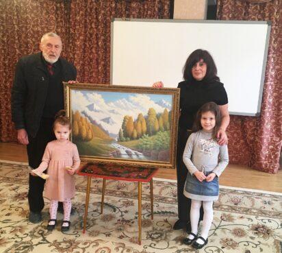 «Заряд позитива»: Владимир Лунев дарит свои картины детям