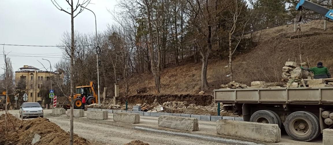 При реконструкции проспекта Ленина в Кисловодске разрушают старинную ограду Пантелеймоновского храма