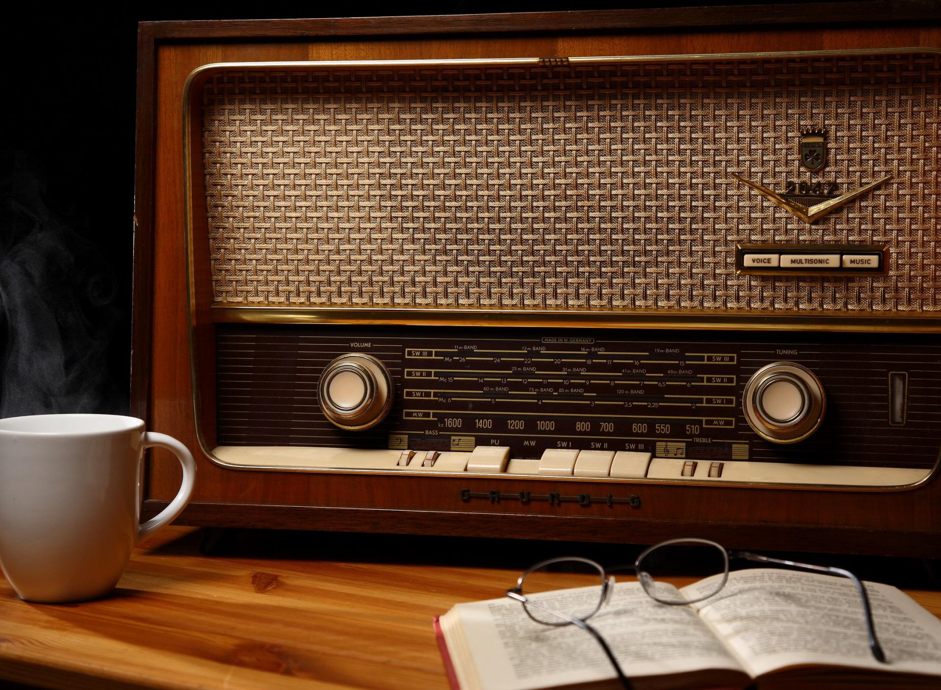 ВЕСЕННЕЕ БРЮЗЖАНИЕ. Богатые тоже плачут или размышления у радиоприемника