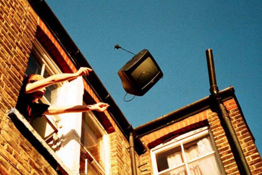 Кисловодчанин выбросил телевизор на... чужую машину