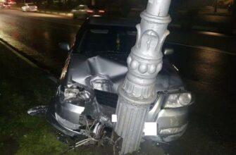 При столкновении иномарки с фонарным столбом в Кисловодске пострадали двое