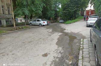 Что течет по улице рядом с санэпидстанцией и кто оплачивает многомесячную утечку?