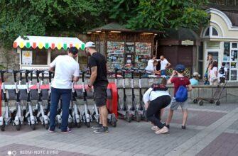 """""""А Васька слушает да ест""""? Почему в пешеходном центре Кисловодска продолжают беспрепятственно ездить электросамокаты?"""