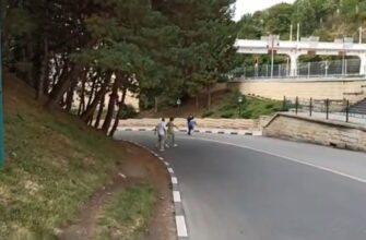 Пешеходы жалуются на неудобство перехода через улицу Вокзальную в Кисловодске
