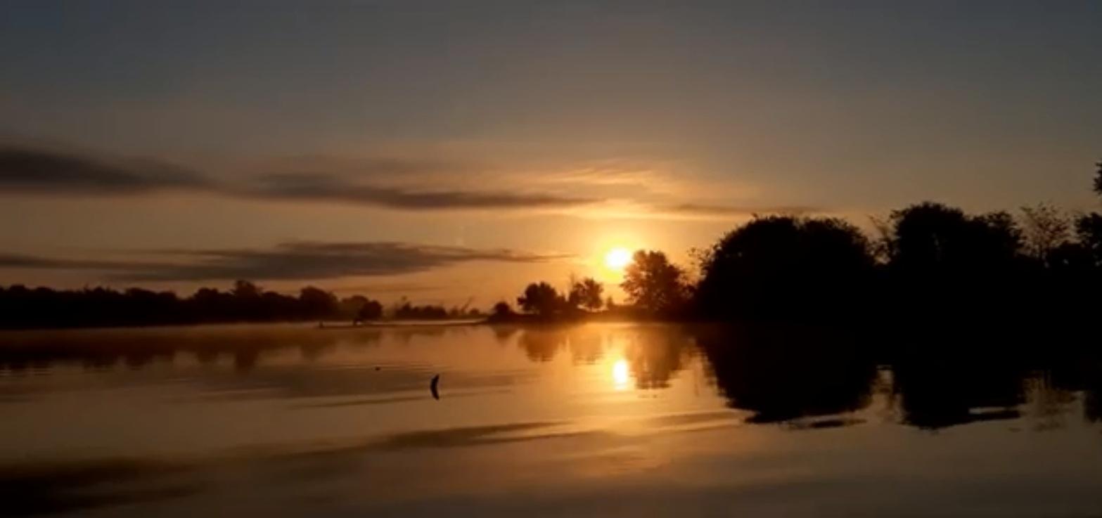 Осенний рассвет на озерной рыбалке